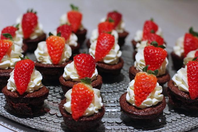 Mini-brownies með rjóma og jarðaberjum
