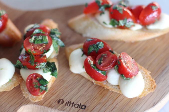 Mozzarella snitta með tómötum og basil