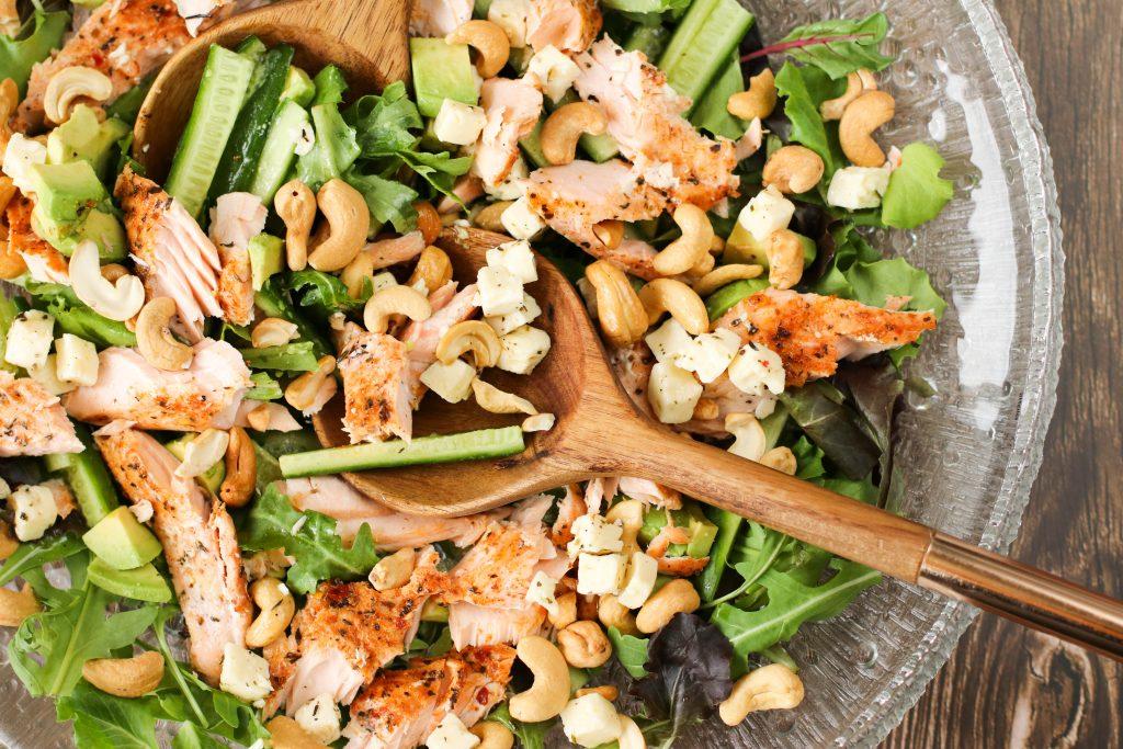 Salat með grilluðum laxi