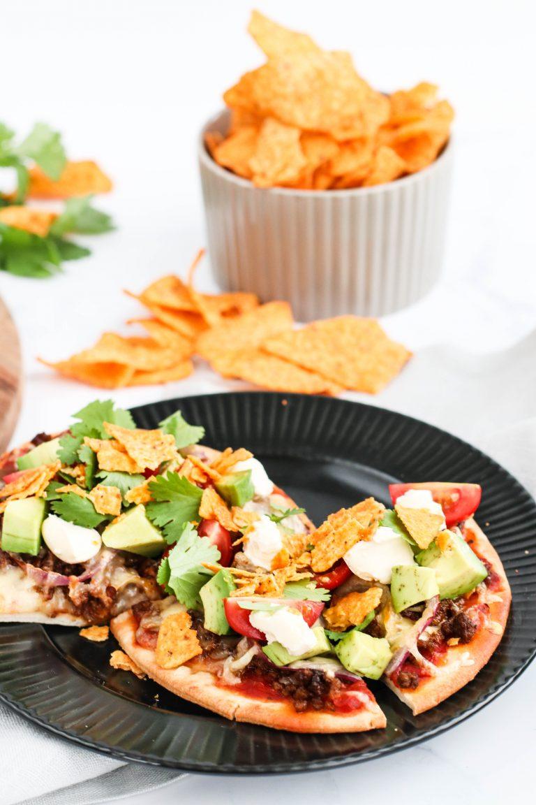 Mexíkó pizza með hakki, avókadó, sýrðum rjóma, nacos