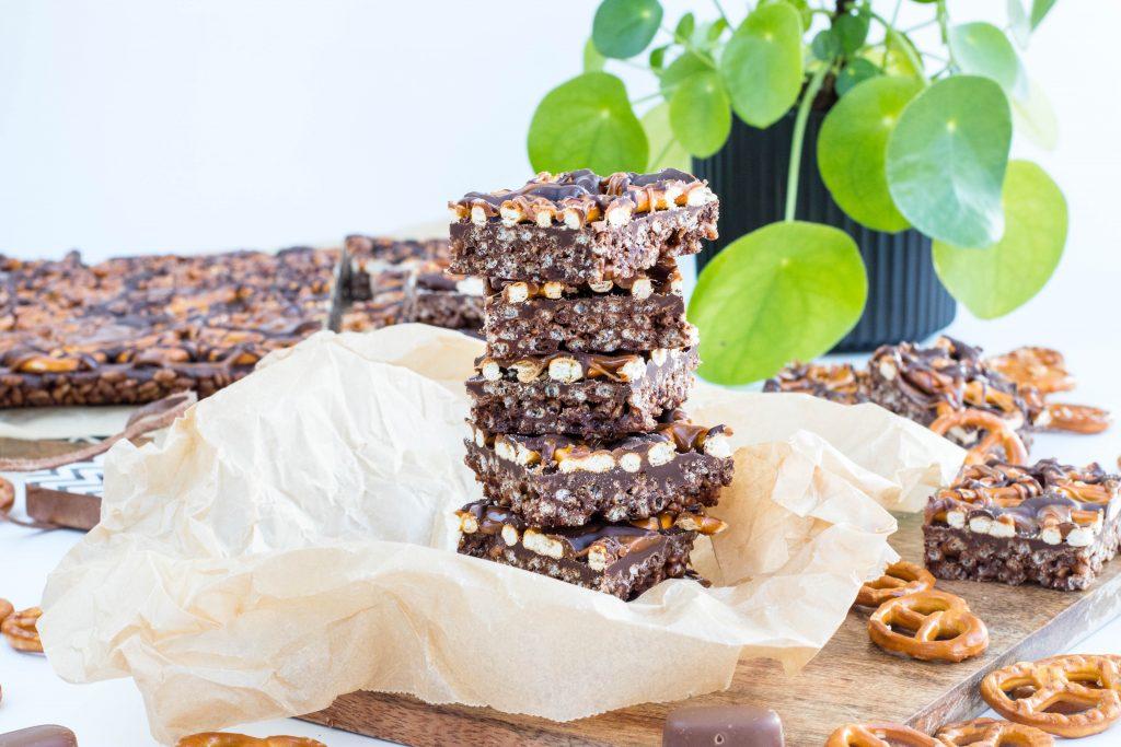 Karamellubitar með Rice Krispies, súkkulaði, Dumle karamellum, Dark chocolate bark thins with pretzels