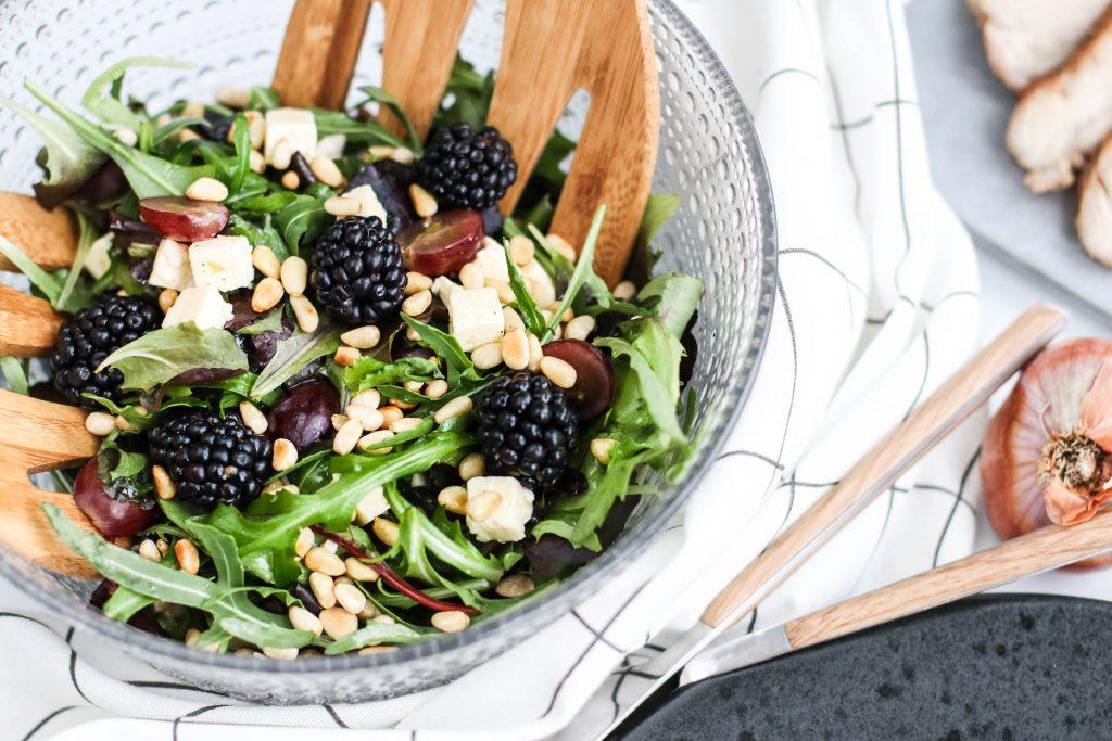 Salat með brómerjum, fetaosti, vínberjum og salati