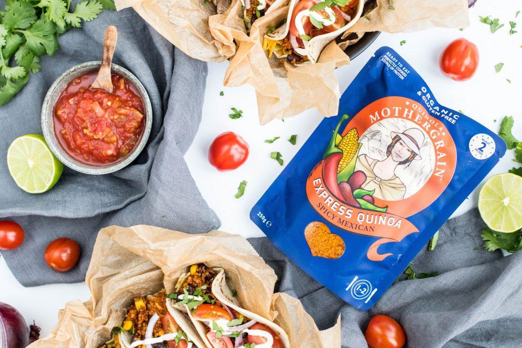 Kínóa taco með salsa, osti, sýrðum rjóma og grænmeti