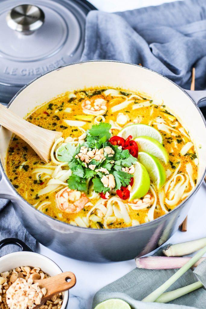 Tælensk súpa með núðlum, risarækjum, karrý, lime, kóríander, chili og hvítlauk í Le Creuset potti