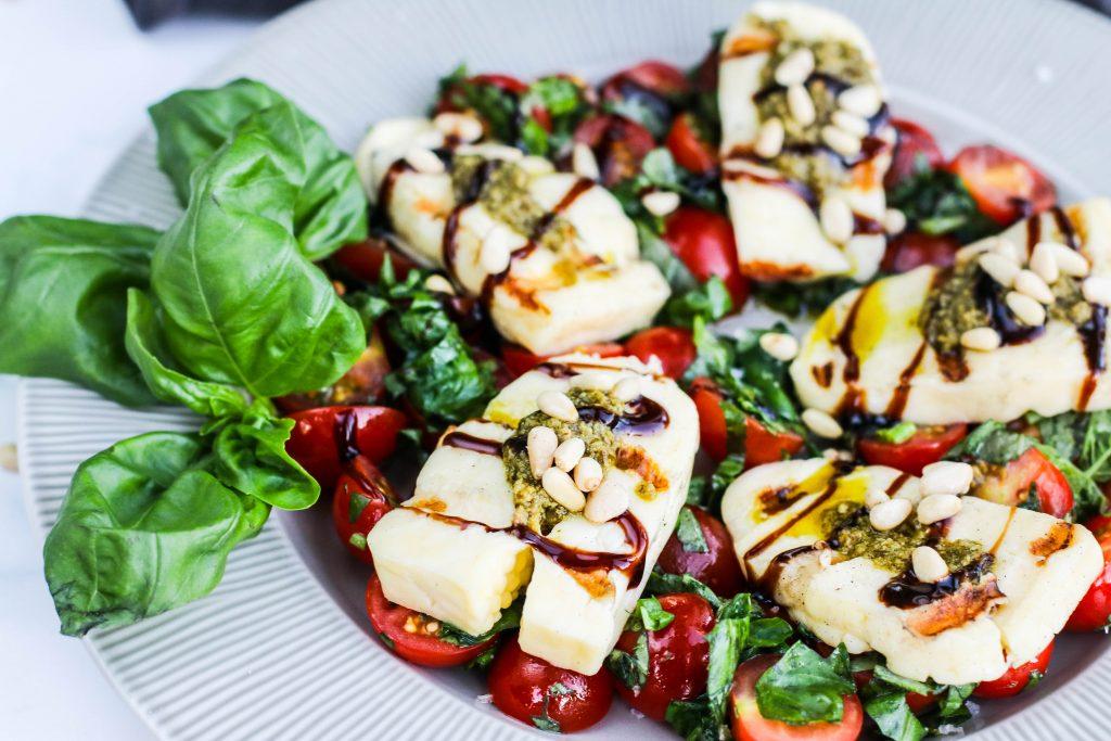 Tómatar, basilíka og grillostur, ítalskt og sumarlegt salat