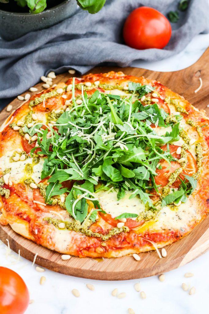 Pizza með mozzarella með basilíku, klettasalati, parmesan og pestó