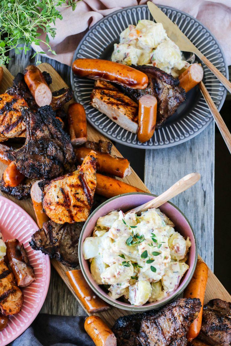 Heimagert kartöflusalat með eggjum, majónesi og öðru góðgæti, borið fram með grillkjöti
