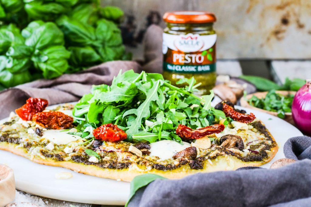 Pestópizza með sacla pestó, sólþurrkuðum tómötum og mozzarella