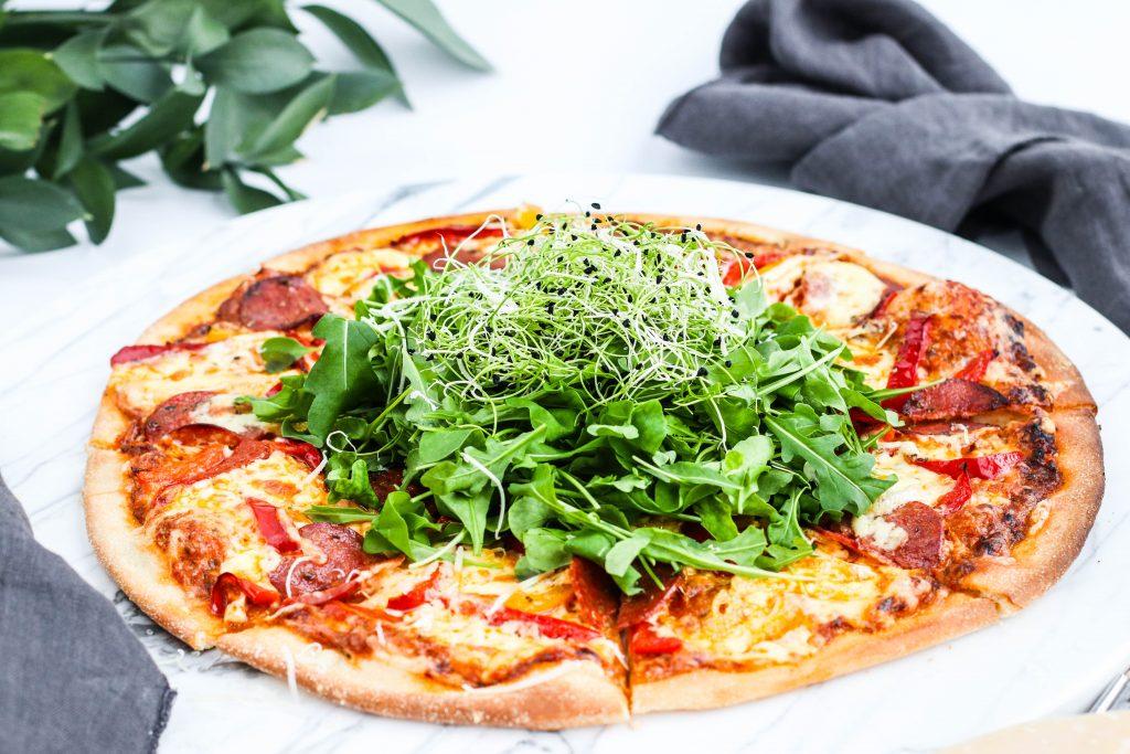 Pizza pepperoni með pestó og papriku