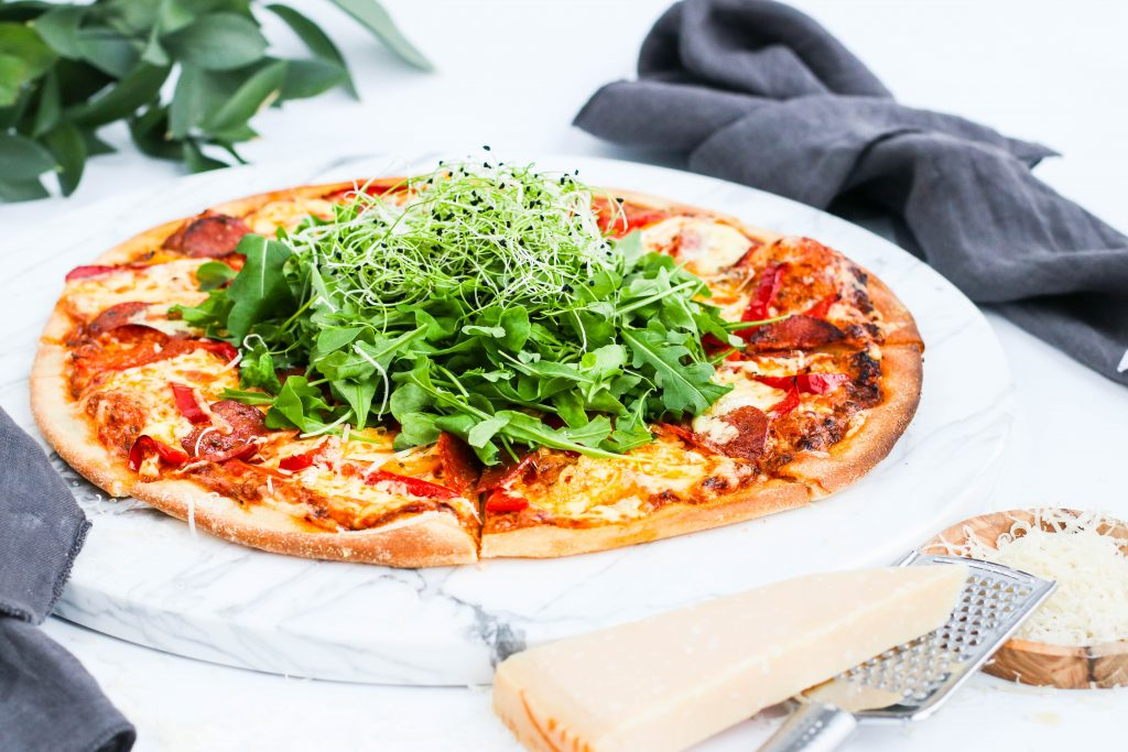 Pestópizza með pepperoni og papriku
