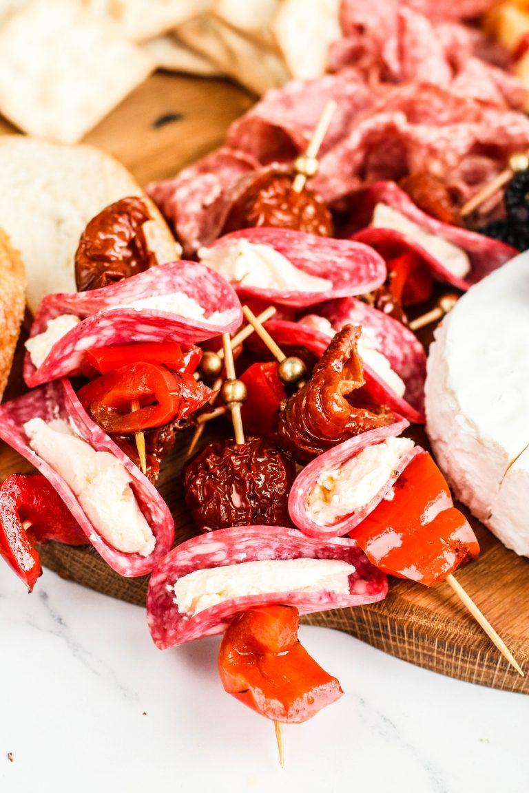 Ostapinnar með salami, rjómaosti og grillaðri papriku