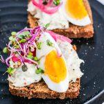 Síldarsnitta með eggi og sultuðum rauðlauk