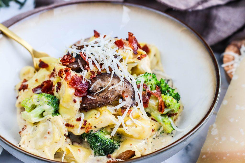 Ferskt pasta með parmesan, rjóma, sveppum og brokkoli