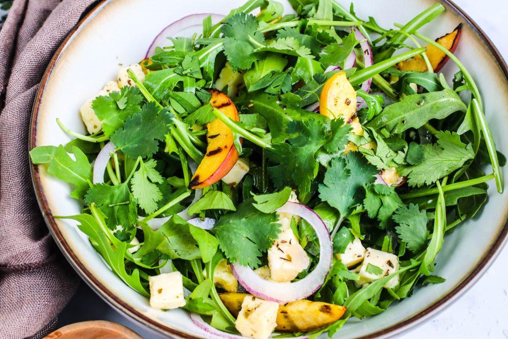 Salat með grilluðum ferskjum