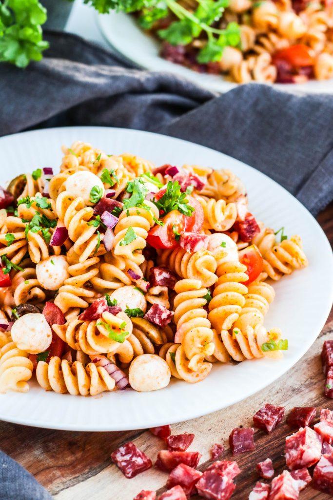 pastasalat með salami og mozzarella