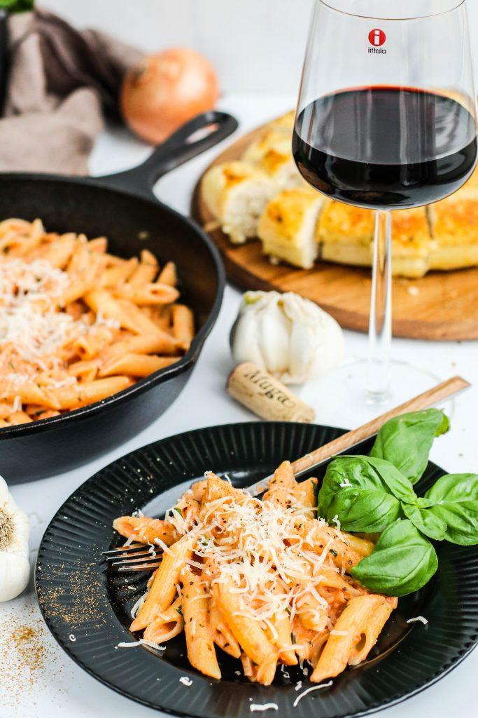 Penne pasta með rjóma og tómat og parmesan