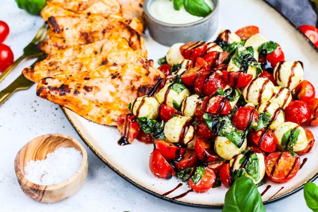 Grillaður kjúklingur og salat