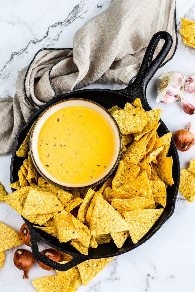Heit cheddar ostasósa með nachos flögum